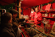 Europe, germany, german, bavaria, munich, christmas, christmas scene, christmas scenes, market, markets, market stall, market stalls, people, FF25,