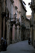 Italy, siciliy, syracuse, ortygia, isle of ortygia, street, streets, road, roads, sealed, sealed road, sealed roads, architecture, house, houses, housing, sydney, street lamp, street lamps.